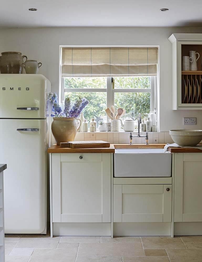 cuisine lumineuse maison de campagne à la décoration romantique chic à Sussex