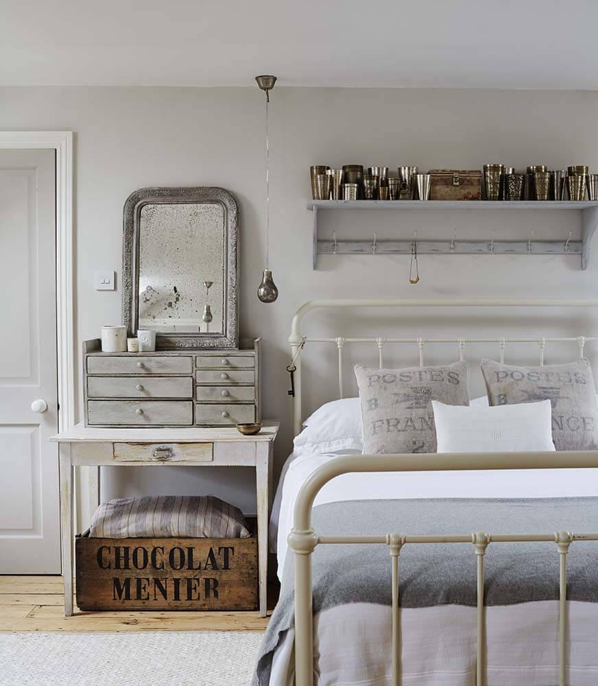 Chambre avec lit dans une maison de campagne à la décoration romantique chic à Sussex