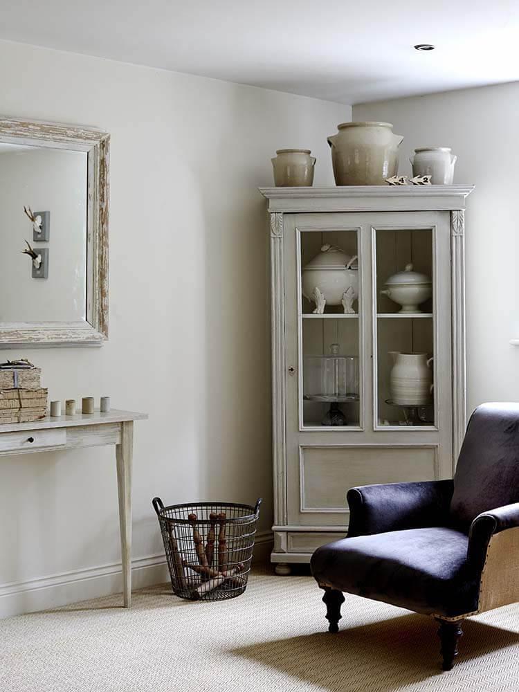 Fauteuil bleu avec armoire dans une maison de campagne à la décoration romantique chic à Sussex