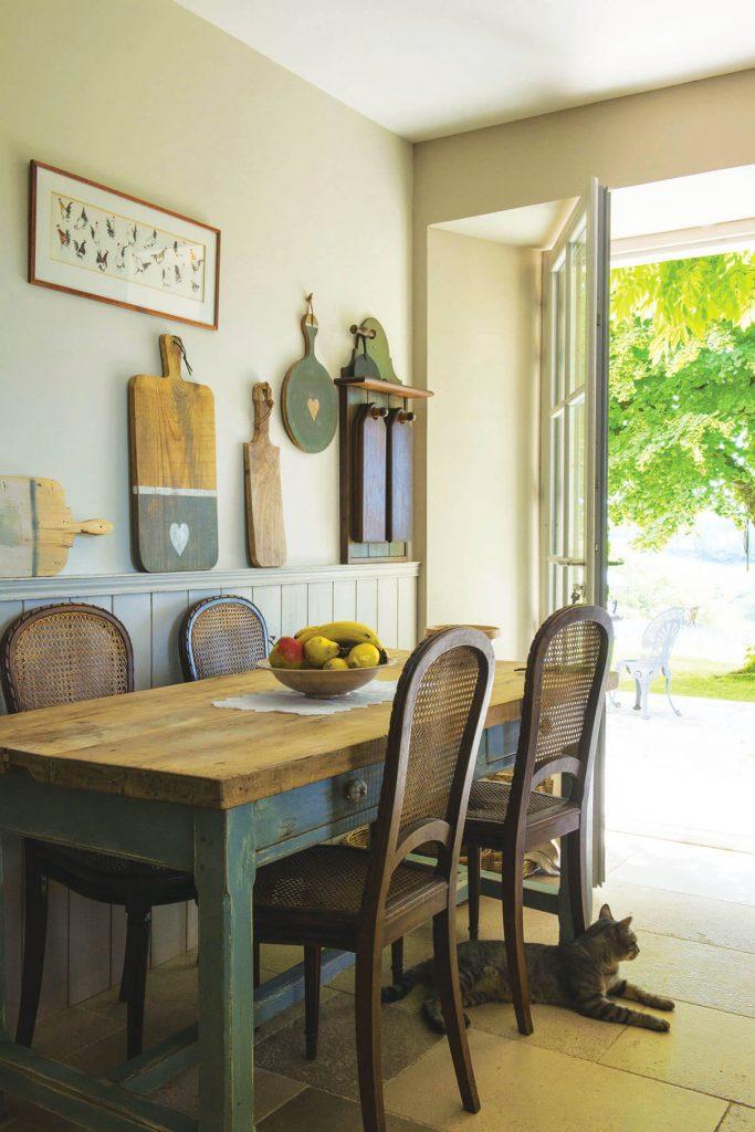 salle à manger avec une déco maison de campagne chic
