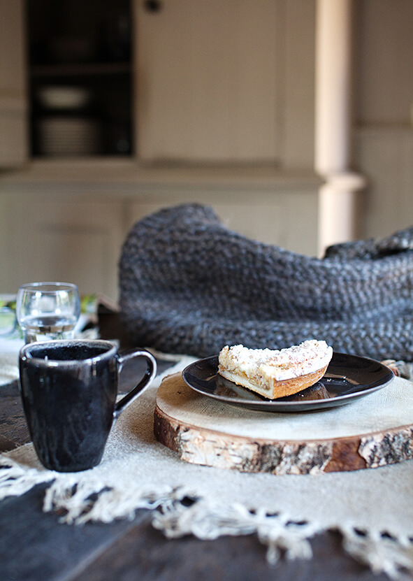Vaisselle noire dans une maison de campagne au stylé épuré