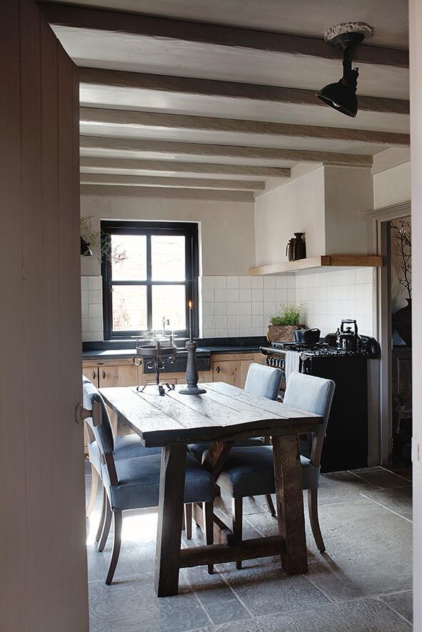 Chaise et table carrée dans une maison de campagne au style épuré