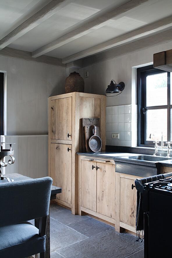 Cuisine en bois dans une maison de campagne au style épuré