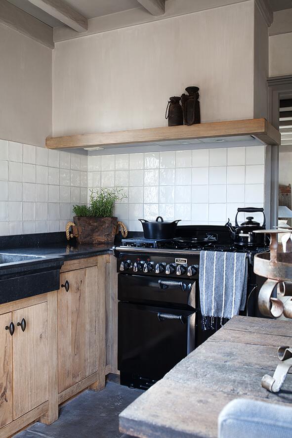 Cuisine dans avec meubles en bois dans une maison de campagne au style épuré