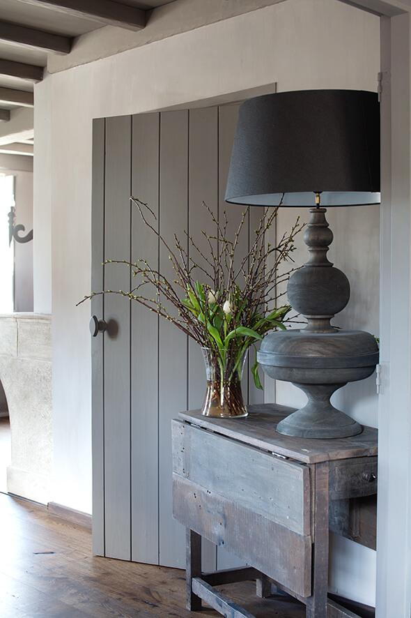 Lampe imposante noire dans une maison de campagne au style épuré