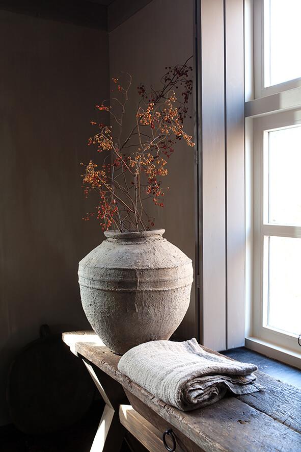 Vase pres d'une fenêtre dans une maison de campagne