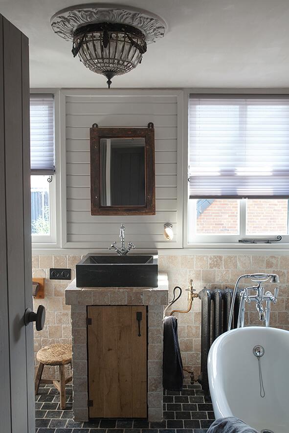 Salle de bain dans une maison de campagne au style épuré