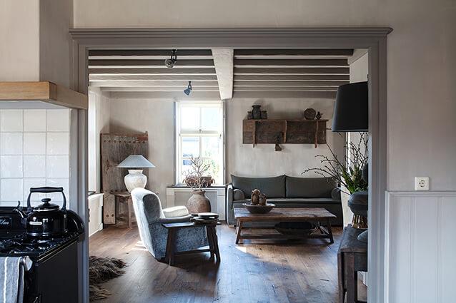 Salon dans une maison de campagne avec canapés