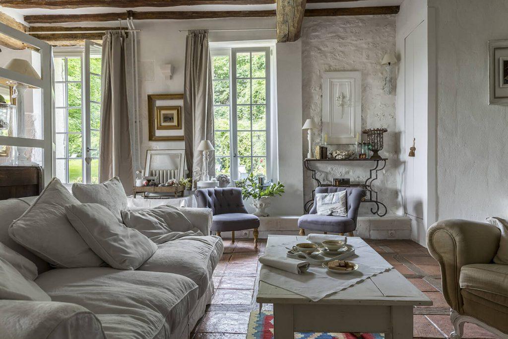 Salon à la déco gustavienne est composé d'un canapé et d'un fauteuil au milieu de la pièce