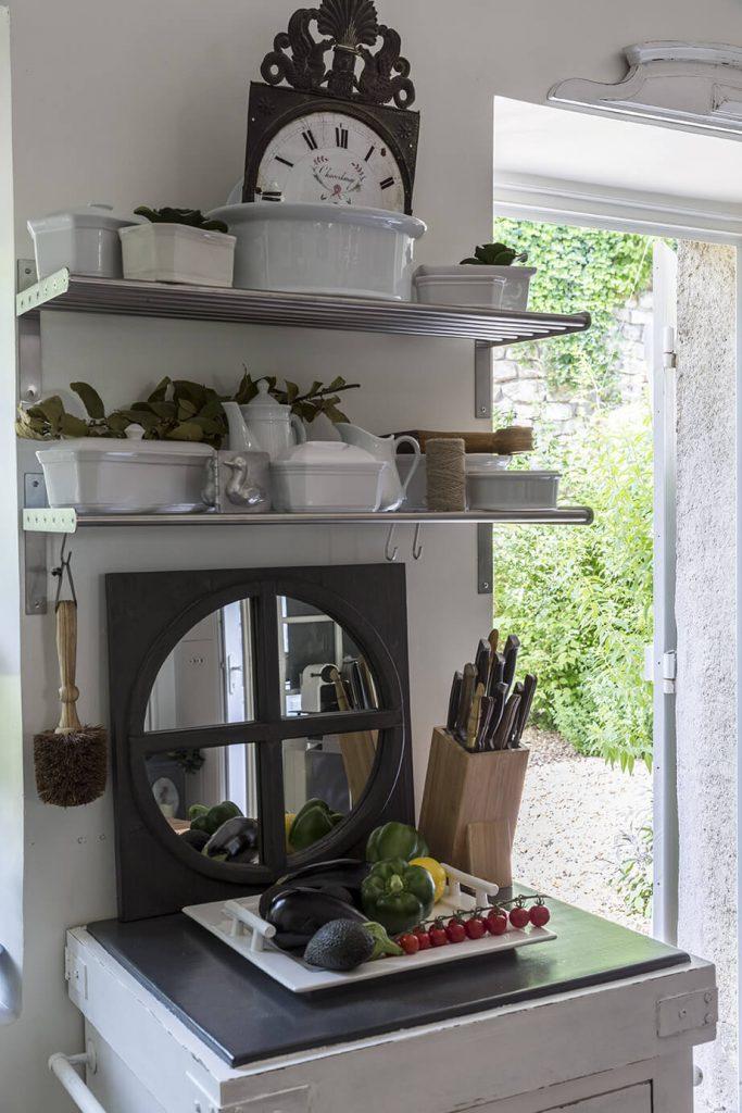 Un mirroir est posé sur un meuble situé dans la cuisine à la décoration gustavienne