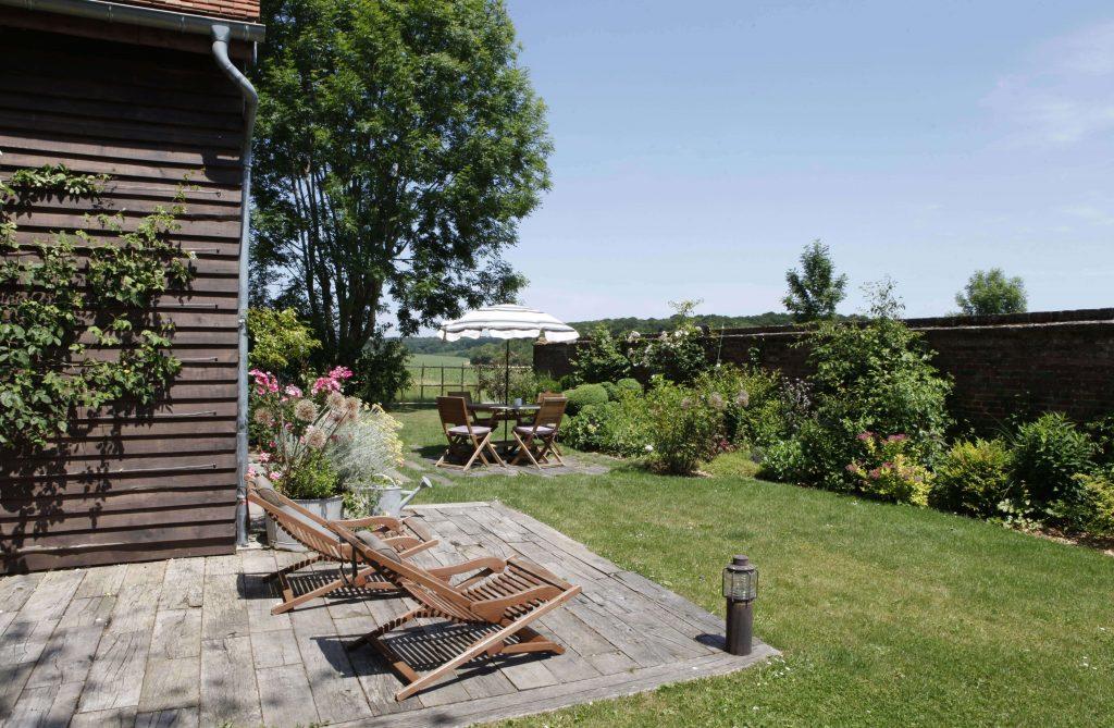 Deux transats sont situés sur la terrasse dans le jardin