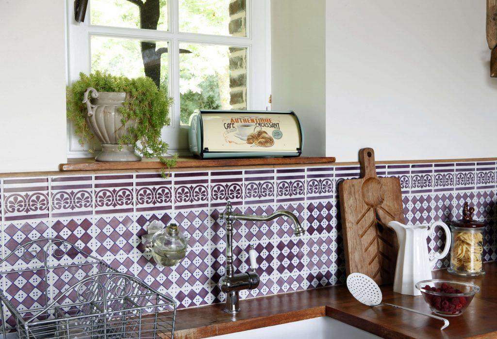 La poignée de l'évier date du siècle dernier ainsi que les ustensiles de cuisine dans cette cabane à la décoration rustique
