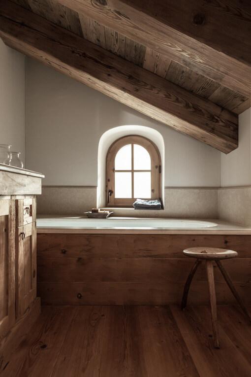 Salle de bain dans un chalet en bois à la déco chalet cosy