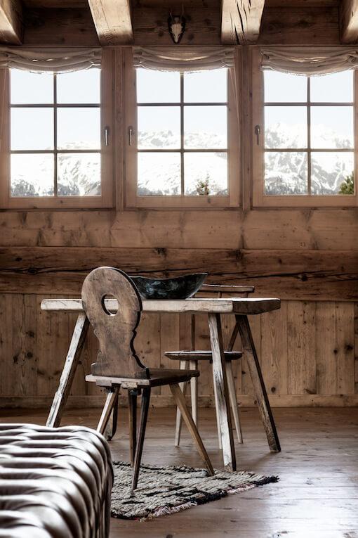 Chambre avec une table et une chaise en bois dans un chalet à la déco chalet cosy