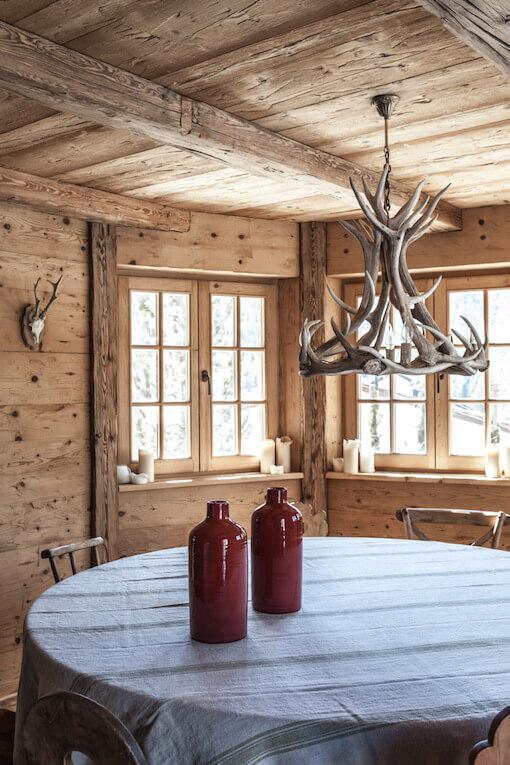 Table ronde dans une cabane à la déco chalet cosy