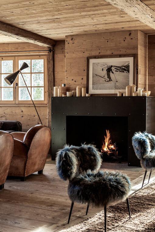 Salon avec chaise et canapé dans un chalet en bois à la déco chalet cosy