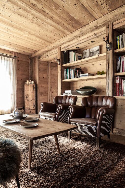 Salon avec table et canapé dans un chalet à la déco chalet cosy