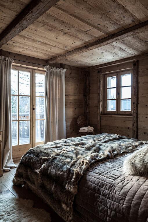 Salon dans un chalet en bois à la déco chalet cosy