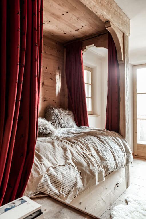 lit deux place dans une chambre d'un chalet en bois à la déco chalet cosy