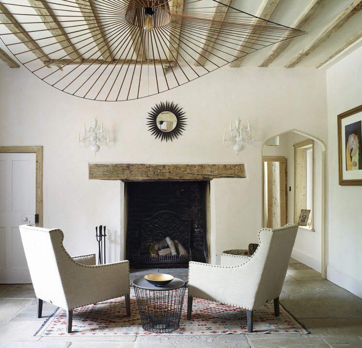 deux fauteuils blancs dans une maison de campagne