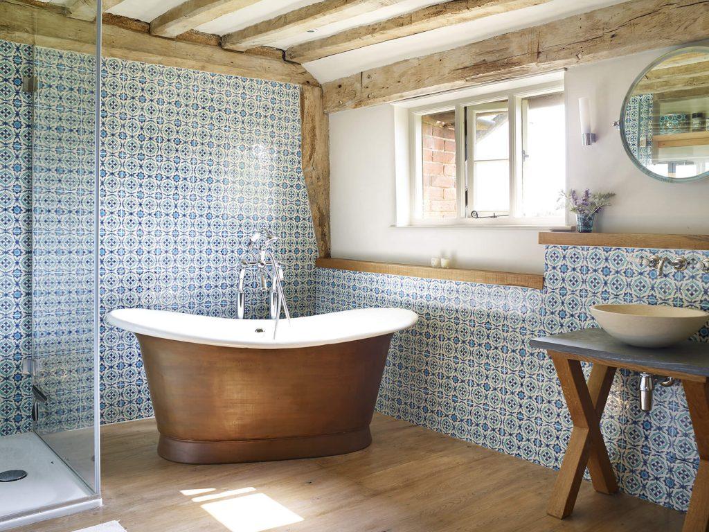 Salle de bain avec baignoire ovale