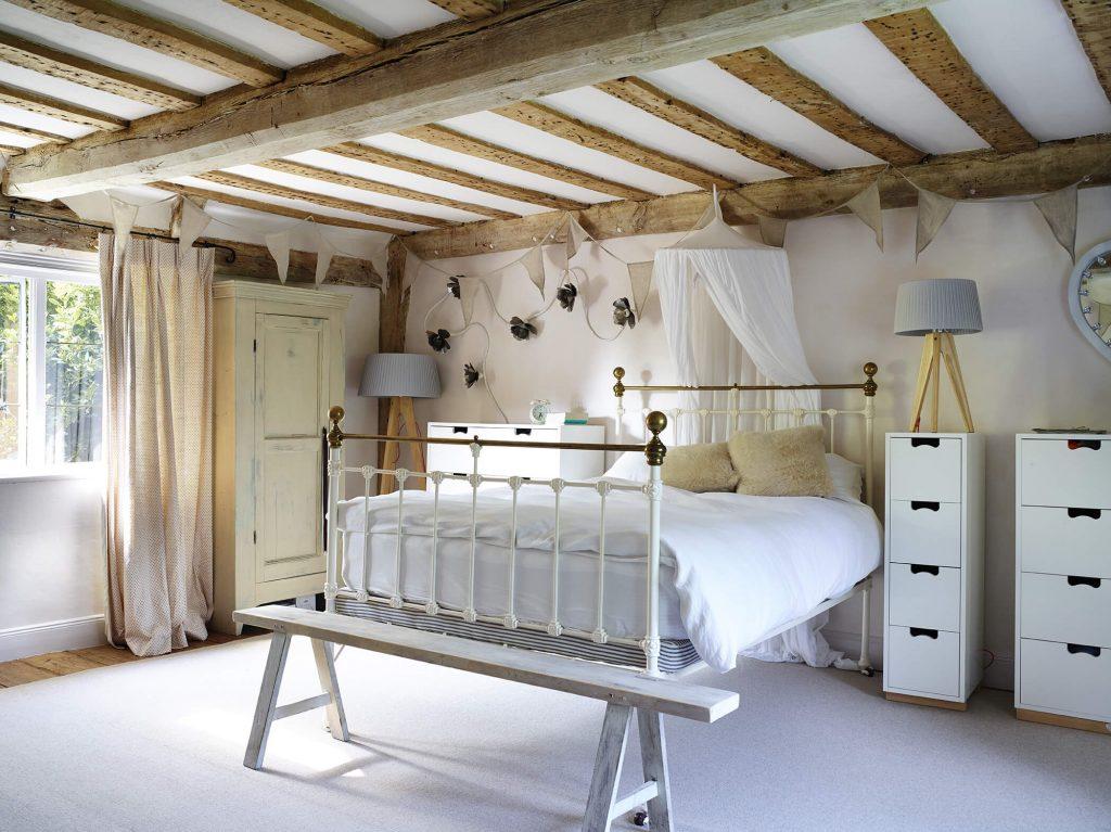 Chambre d'enfant au mélange de style avec lit blanc deux places