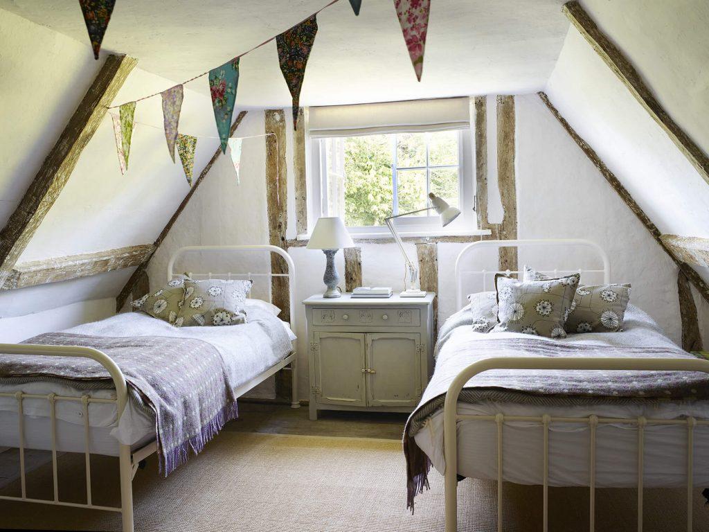 Chambre d'enfants avec deux lits une place dans une maison de campagne au mélange de style