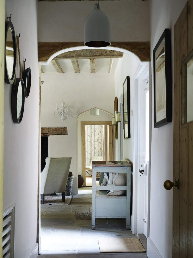 Couloir dans une maison rétaise au mélange de style