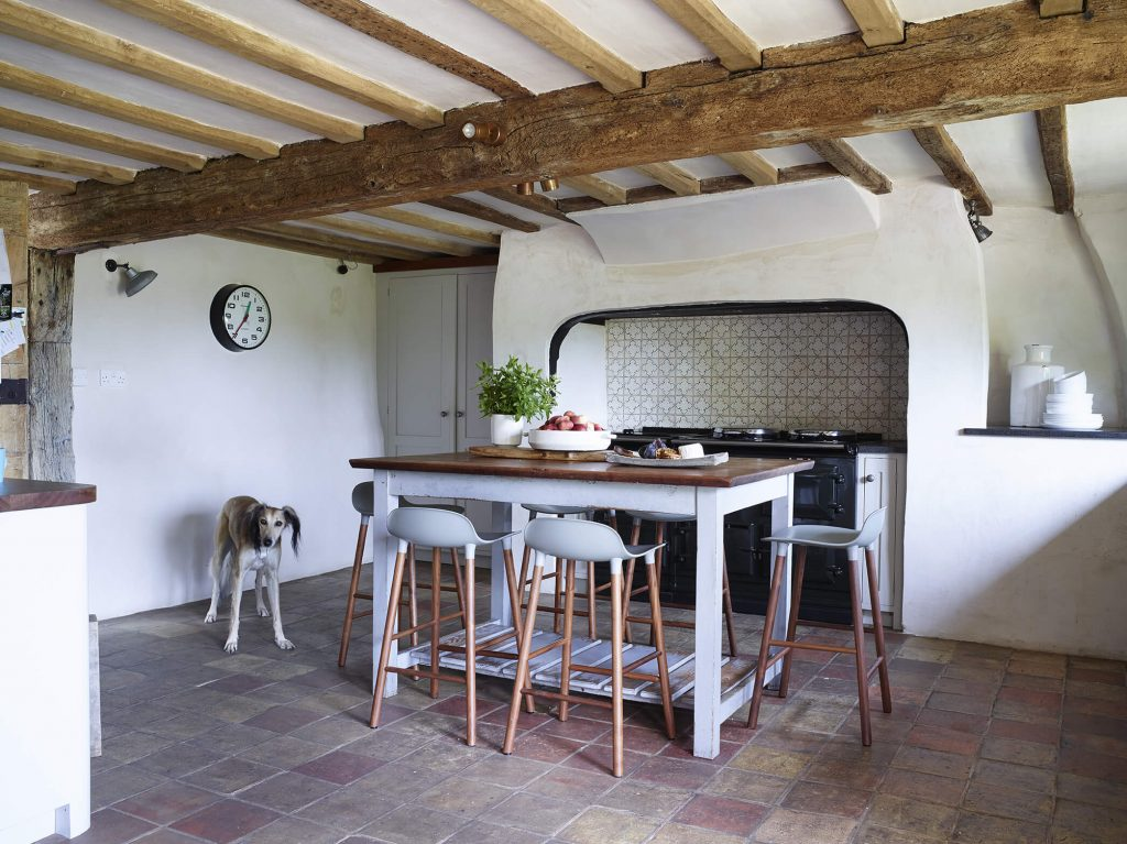 Salle à manger avec une table carré dans une maison au mélange de style