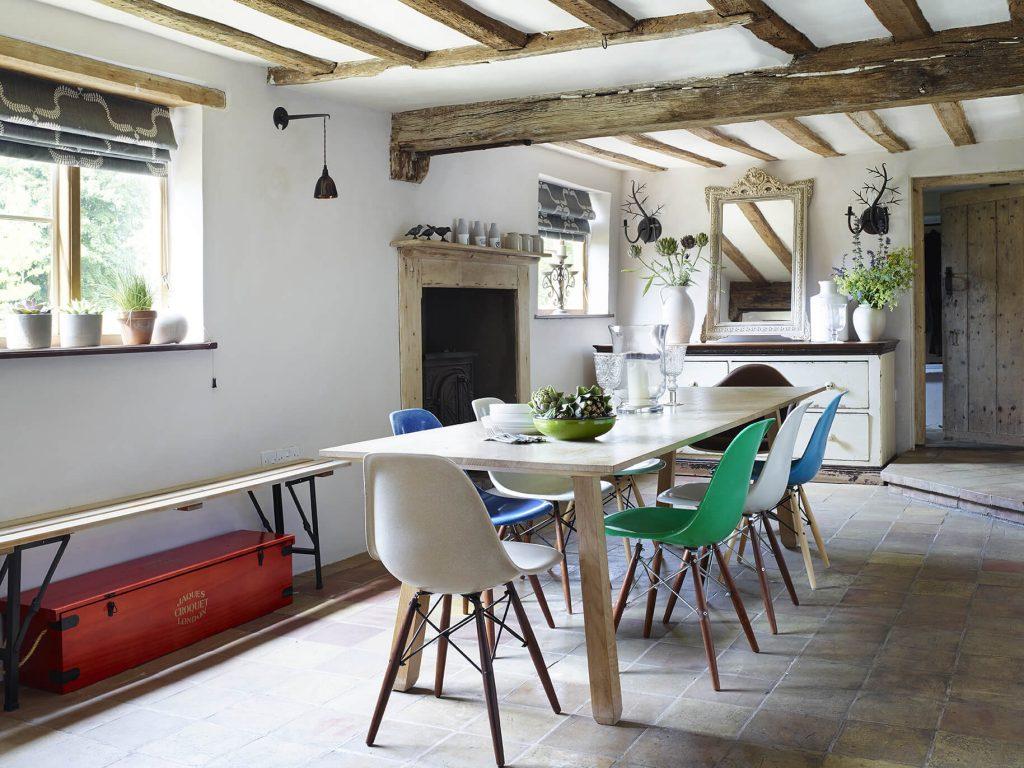 Table avec chaises colorées
