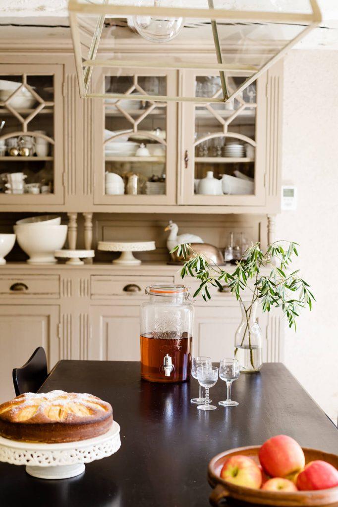 Table d'une salle à manger avec gâteau et pommes dessus au style interieur rustique chic