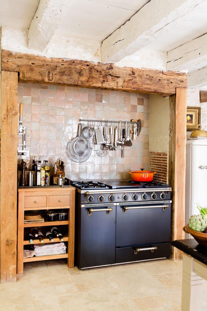 Piano de cuisson dans une maison de campagne à l'interieur rustique chic