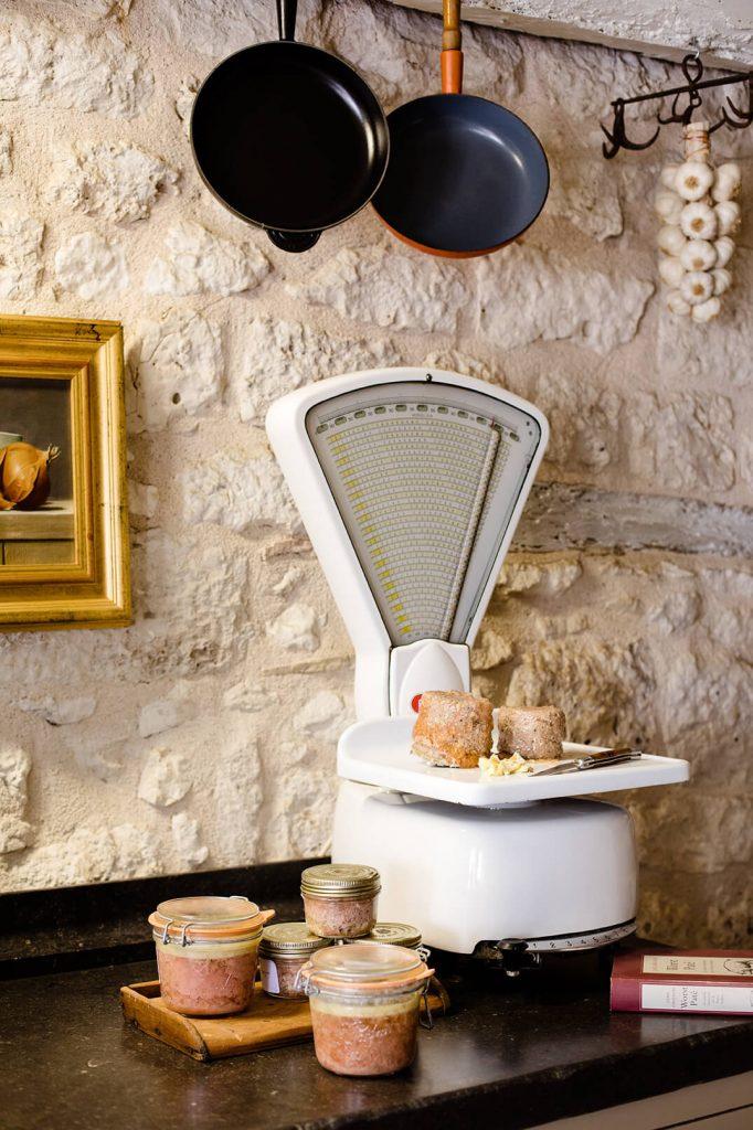 Paté de chevreuil dans une cuisine avec un interieur rustique chic