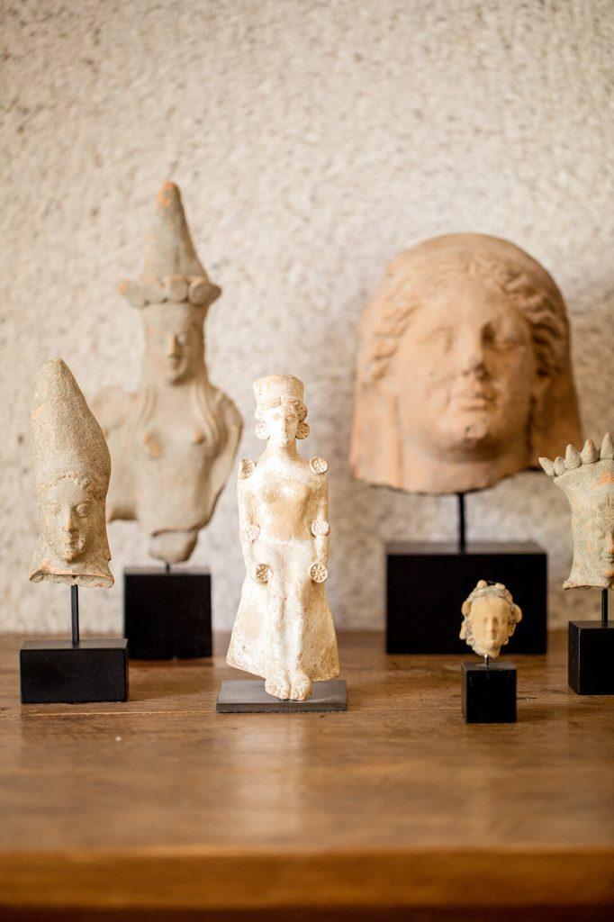 Statuettes sur une table