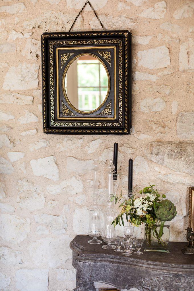 Miroir noir sur un mur