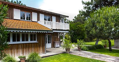 Balcon avec jardin d'une cabane au style bord de mer