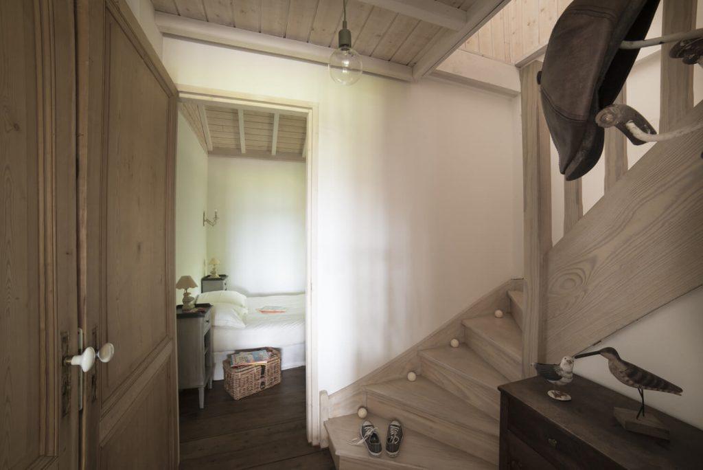 Escalier avec chambre ouverte dans une cabane au style bord de mer