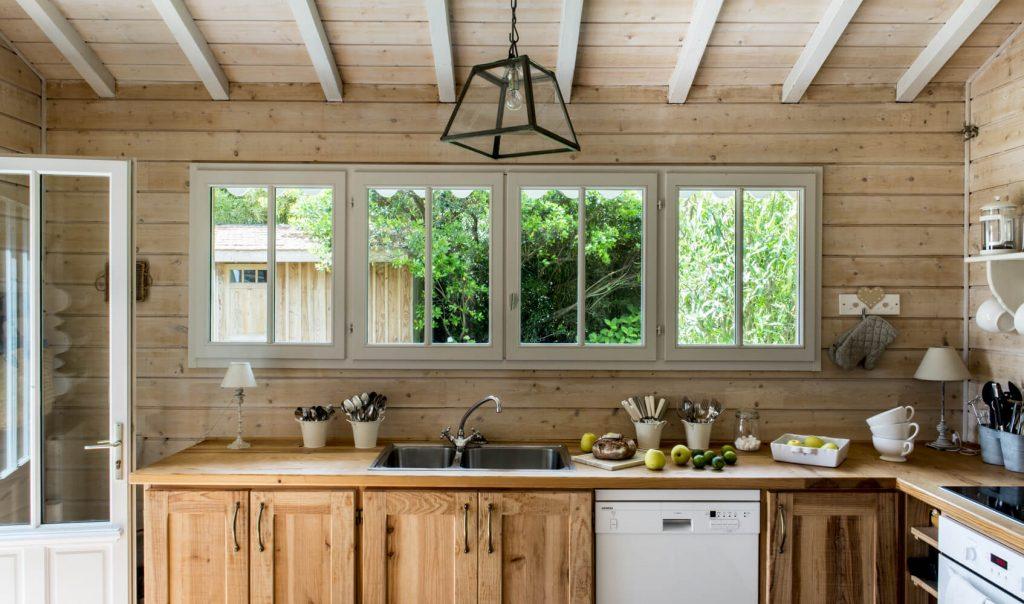Cuisine avec meuble en bois dans une cabane au style bord de mer