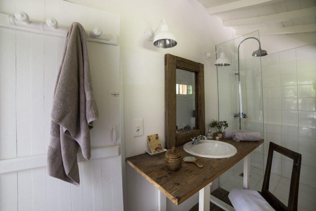 Lavabo dans une salle de bain avec baignoire au style bord de mer