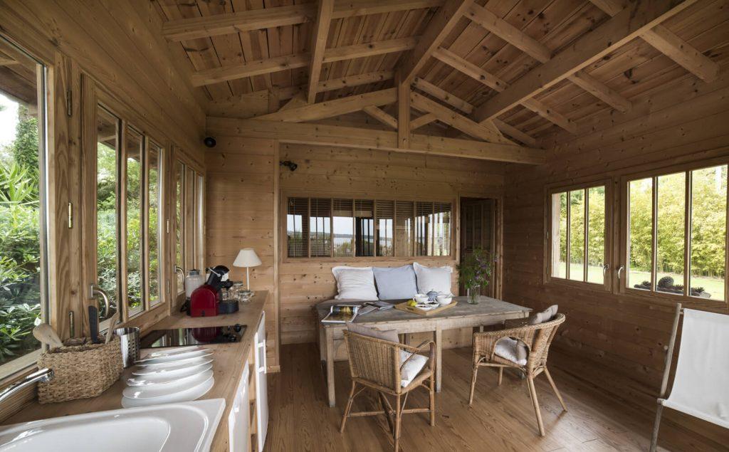 Cabane en bois avec table, cuisine et coussin au style bord de mer