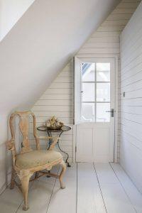 Une chaise ancienne à côté d'une porte
