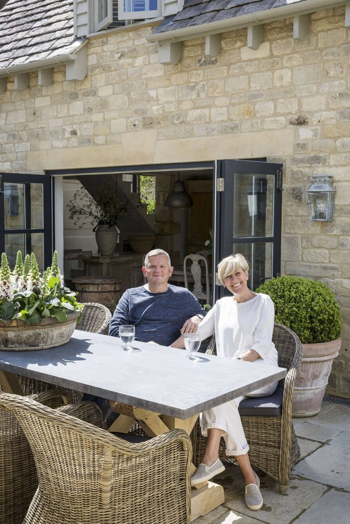 Les propriétaires de la maison sont assis autour de la table de jardin