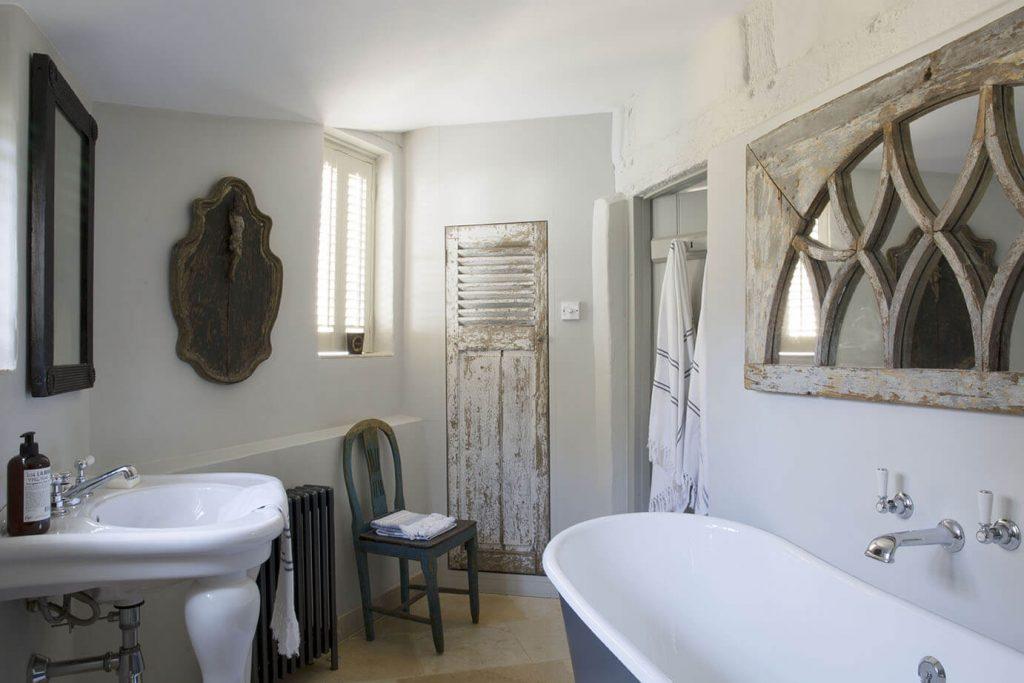 La salle de bain est composée d'une baignoire et d'un lavabo en face avec un mirroir au dessus