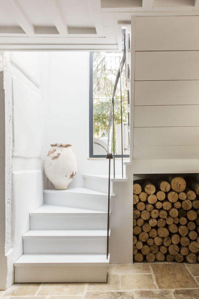 Des bouts de bois en dessous de l'escalier blanc