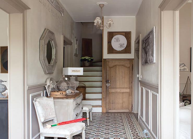 Entrée maison avec chaise et escalier