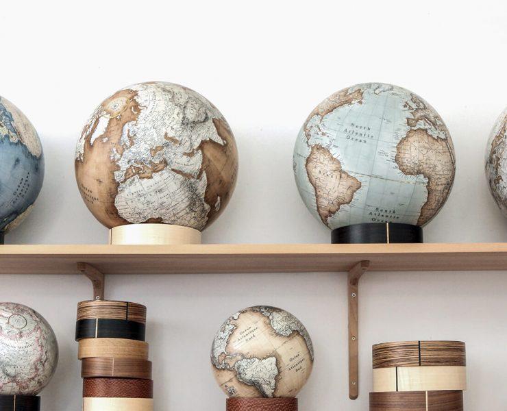 Il y a plusieurs globes disposés sur deux étagèes