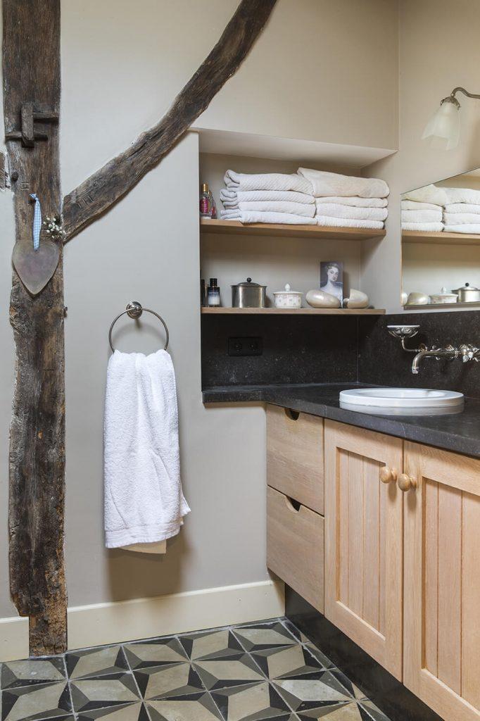 Salle de bain avec meubles en bois