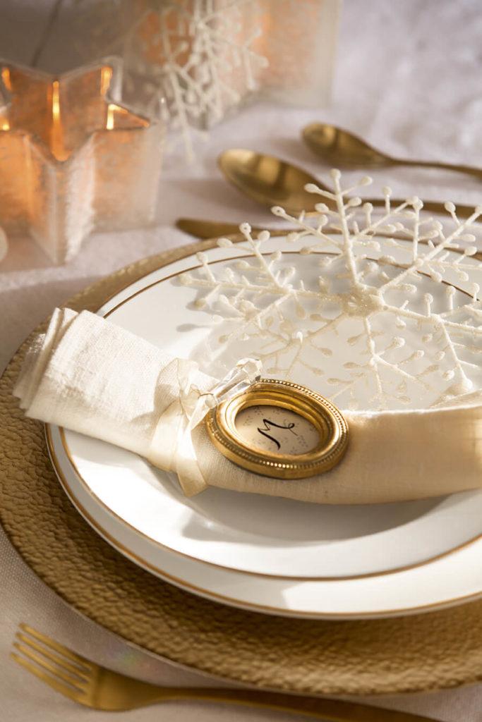 Une assiette avec médaillon pour une déco de Noël chic