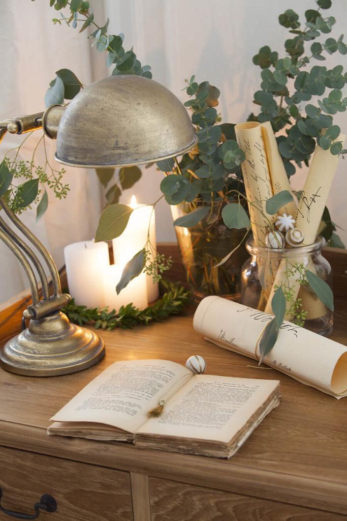 Décoration de Noël avec bougeoirs en cuivre, photophores en verre et boules de Noël