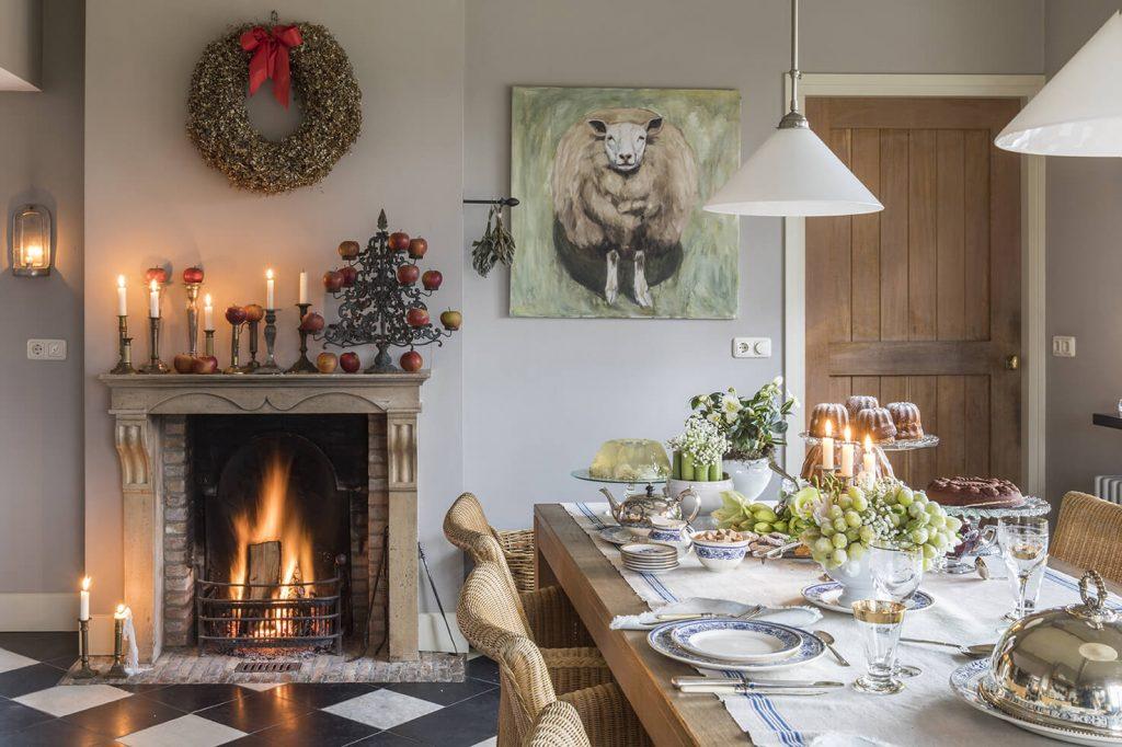 Table à manger avec une cheminé en arrière à la déco de Noël